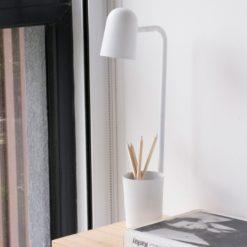 103826-lampara-de-escritorio-oliva-con-portalapices-uso